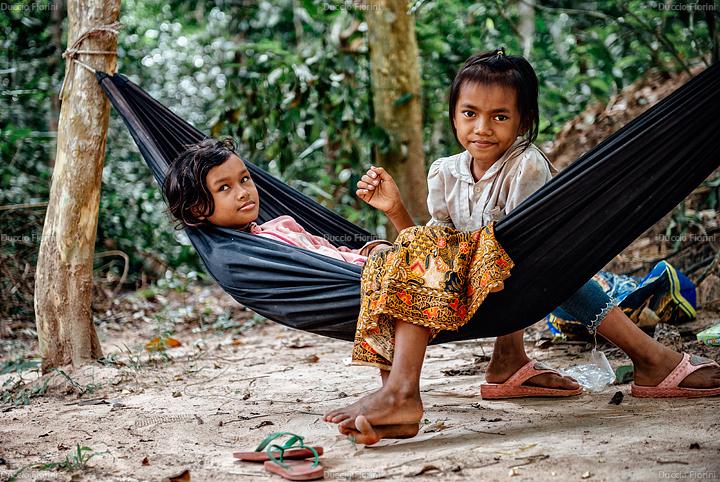 Bambine nei pressi dei templi cambogiani