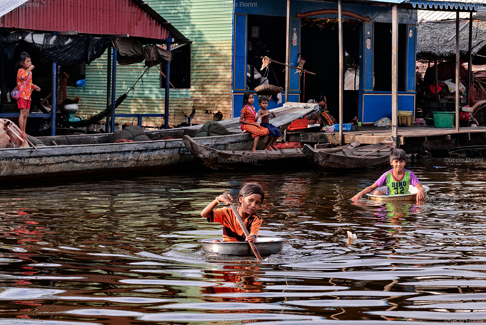 Bambini giocano nel Tonle Sap