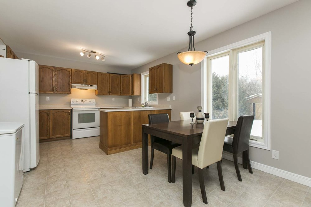 Family-sized eat-in kitchen with penisula. New flooring in kitchen.