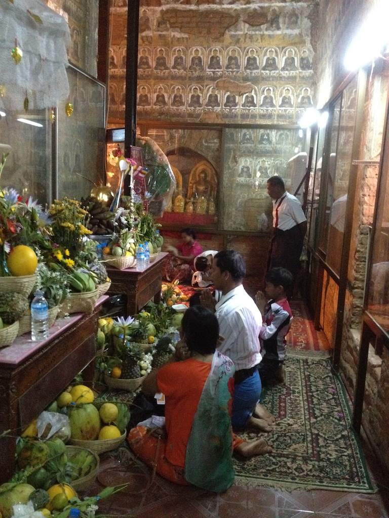 devotees praying near Gubyaukgyi Temple