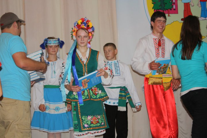 Dancers in Ukraine are presented Bibles