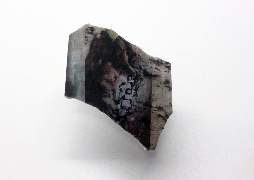 Edouard Burgeat,  L'inde en quelques pierres,  2018, Photographie argentique transférée sur marbre,  Family scene in the slum