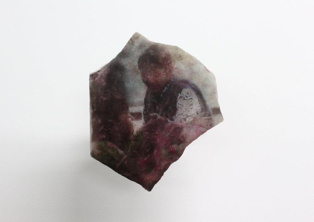 Edouard Burgeat,  L'inde en quelques pierres,  2018, Photographie argentique transférée sur marbre,  Mahim junction