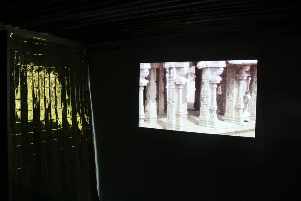 Edouard Burgeat , Ciné-slum, Hampi Wonder,  2018, installation video, tole ondulé, bois, couverture de survie, dimensions variable