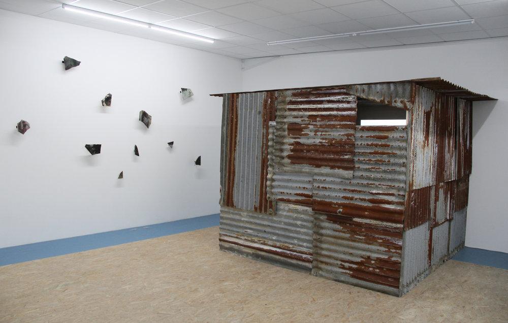 Exhibition view : Chalo ! with love, Edouard Burgeat ,  Galerie Marchepied,  Ciné-slum, Hampi Wonder,  2018, installation video, tole ondulé, bois, couverture de survie, dimensions variable