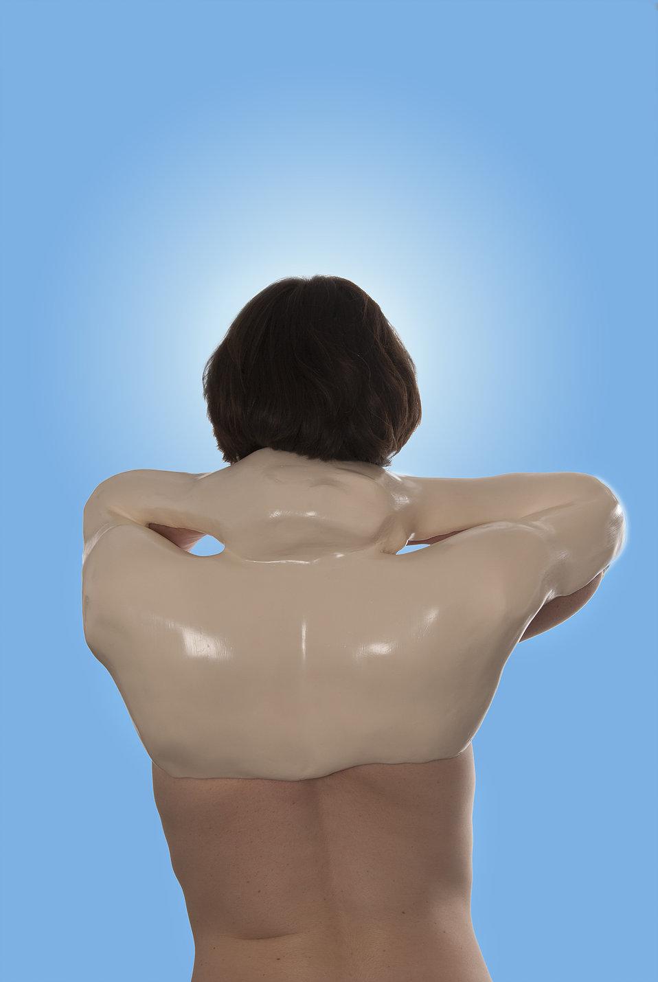 Pauline Gompertz  ,Orthèse posies 2,    orthèse laquée sur plâtre, tirage photographique, 60x40 cm, 2016