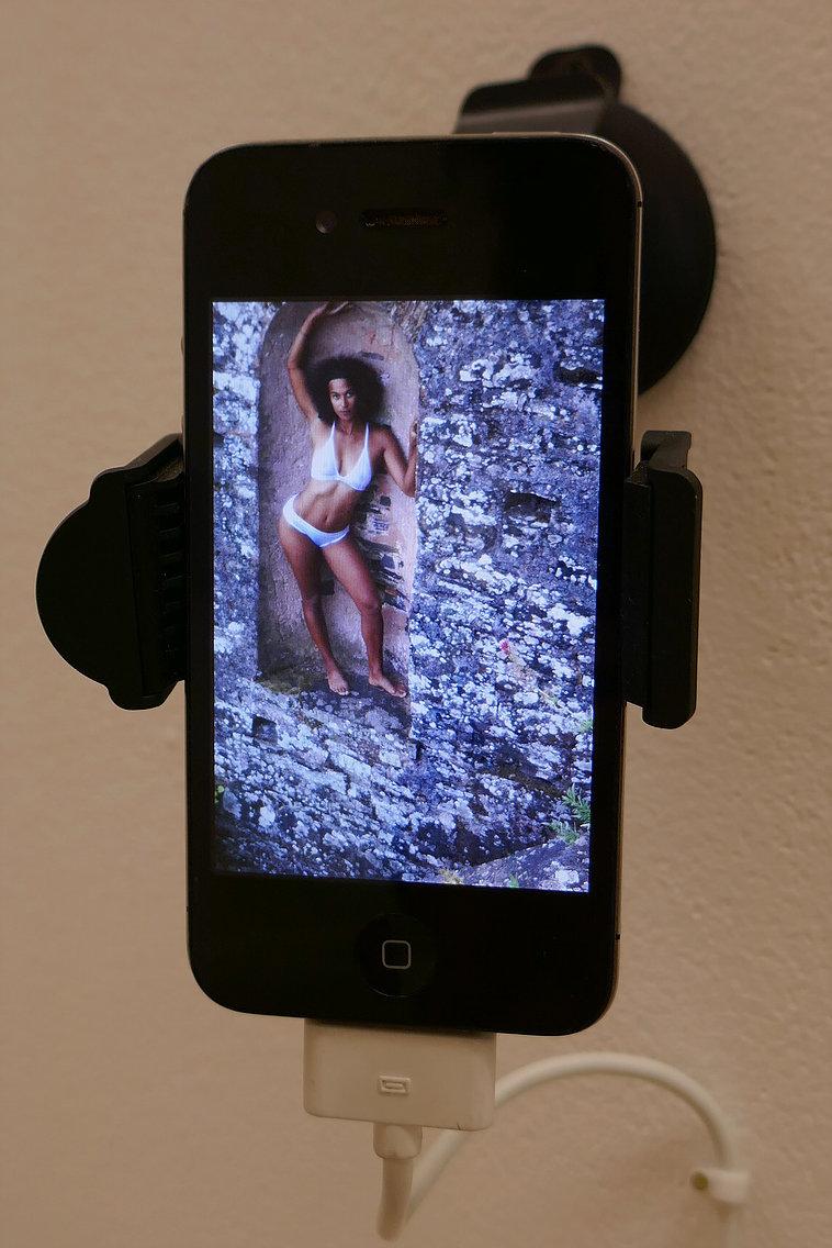 Série de trois photographies couleurs diffusée sur un téléphone portable. Slide et zoom sur les clichés à disposition du public.