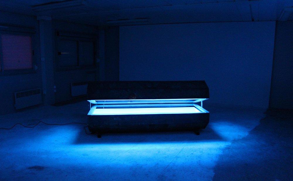 Céleste Richard Zimmermann,  Rusty blue  2017  ,  200 x 100 x 80cm, néon, plexiglas bleu, métal, auge