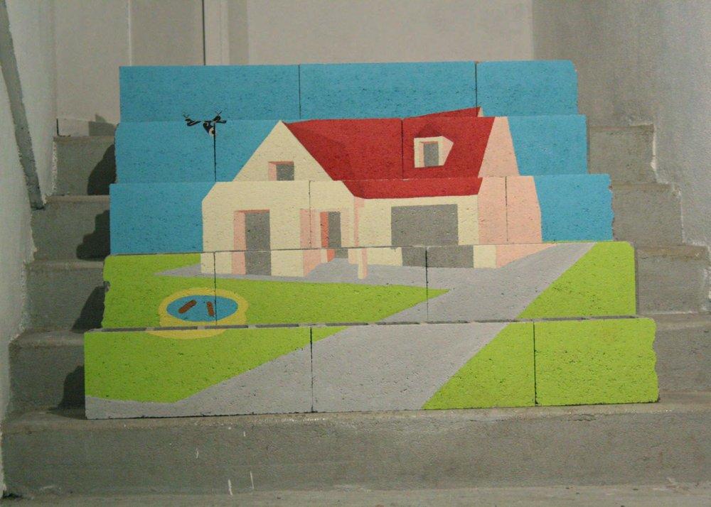 Louise Guerraud,  Cibelle la vie  , 2016 (peinture, parpaing) est architecturalement inspiré par un modèle de maison individuelles existant : la maison  Cibelle .