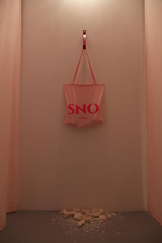 Pauline Gompertz,  ONUS,  Tote bag, colones doriques en plâtre, 2018