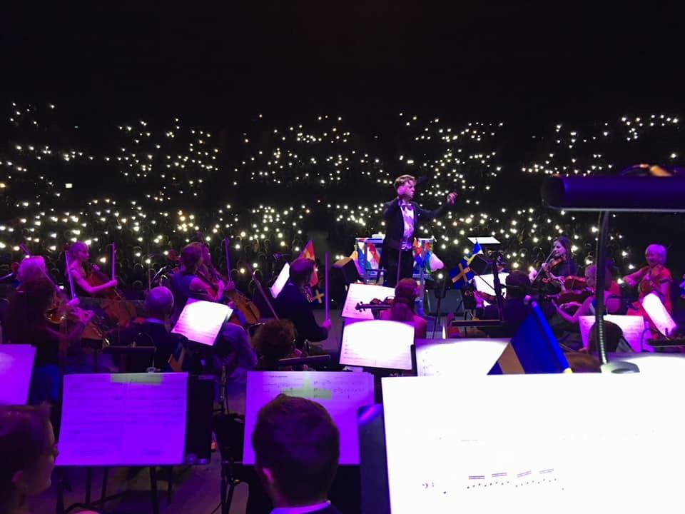 """Årets Promskonsert innehöll i vanlig ordning """"extra allt"""". Kärlek och smärta, hopp och drömmar, en sprudlande dirigent, Lundalands filharmoniska orkester och sist men inte minst Helsingborgs Konserthuskör."""