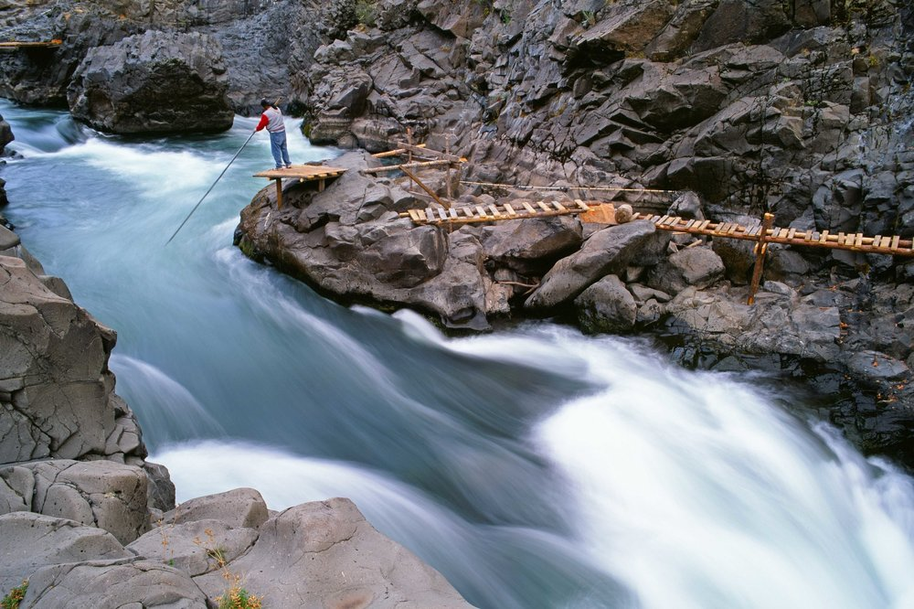 Yakima dip net fisherman on the Klicktitat River WA.jpg