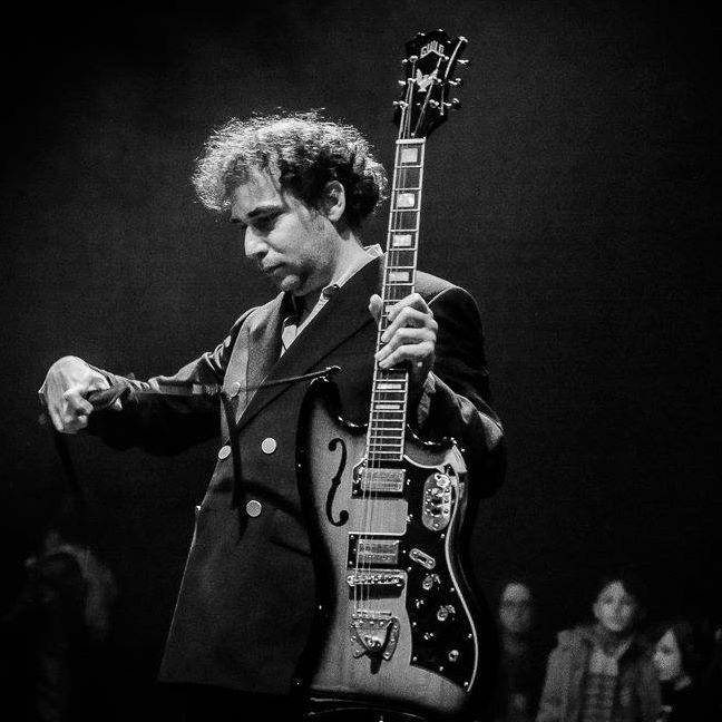 YONATAN GAT (NEW YORK, US) EXPERIMENTAL/WORLD Ce nom circule plus vite que la rumeur grâce à des performances d'une rare intensité. Avec son projet éponyme, le guitariste de Monotonix est revenu sous la forme d'un trio virtuose avec Director, un album habité par des influences multiples, du free jazz au punk psychédélique en passant par la bossa nova. Yonatan Gat présentera un deuxième album en 2018.➣ LIRE LA SUITE