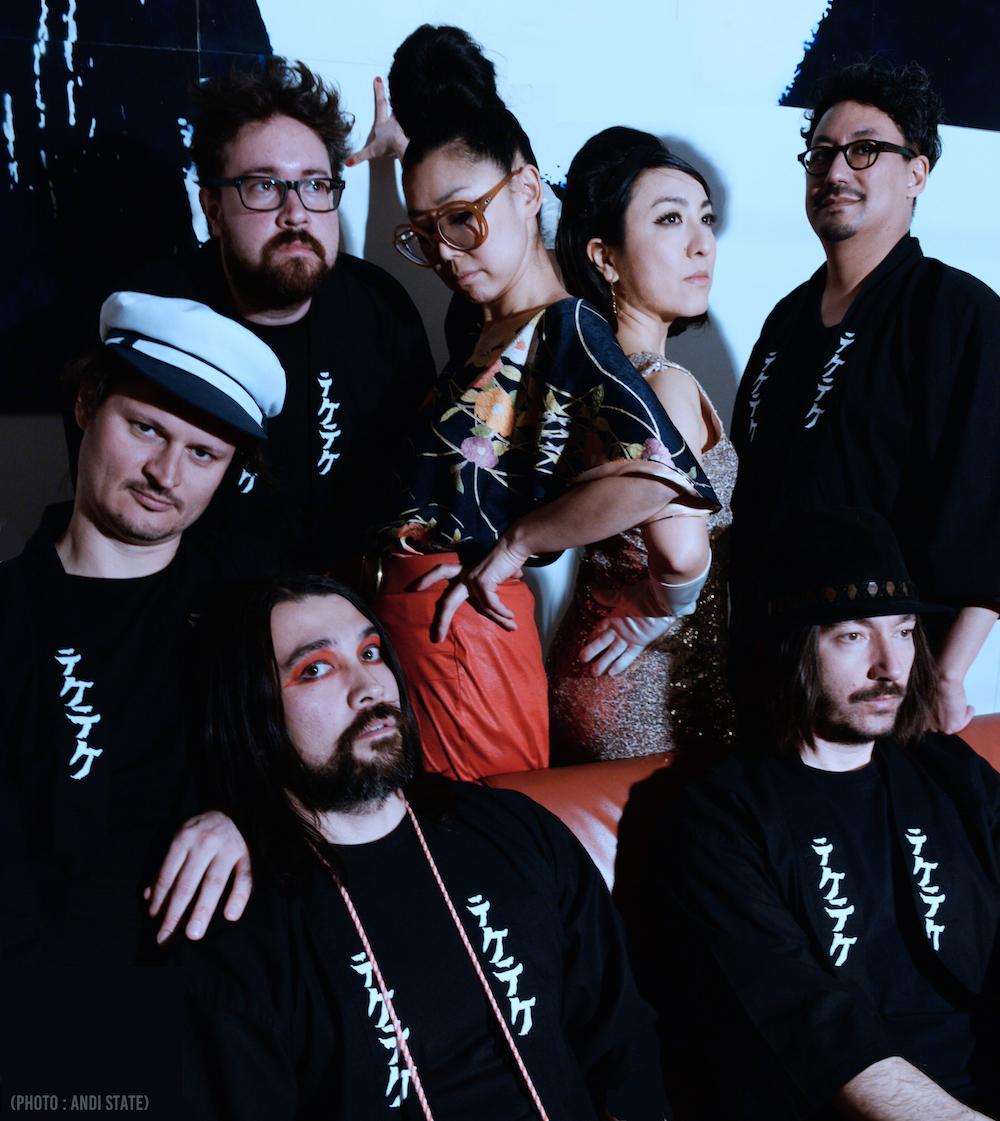 TEKE::TEKE (MONTRÉAL, QC)   PSYCH / SURF-ROCK JAPONAIS  Réunissant six musiciens issues de différents projets musicaux montréalais (Pawa Up First, Patrick Watson, Sonido Pesao, Gypsy Kumbia Orchestra), TEKE::TEKE propose un répertoire qui actualise des pièces du Pays du soleil levant (Kaji Meiko, Asakawa Maki, Nakajima Miyuki, ainsi que plusieurs chansons du maestro Takeshi), fusionnant le 'Eleki' japonais à des éléments de musique moderne, tels le shoegaze, le post-rock et le noise.  ➣ L  IRE LA SUITE