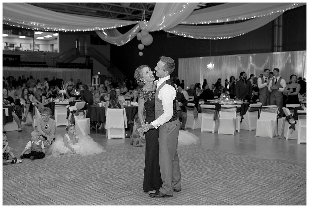 ClassicFallWedding_BethanyMelvinPhotography__MinnesotaWeddingPhotographer0203.jpg