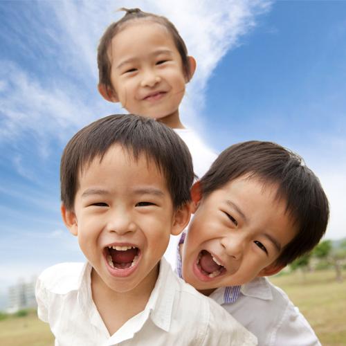 子供たちは学ぶことが大好きです。 そして、歌やビデオを通して学ぶのが大好きです。 お子さんが英語のネイティブスピーカーから英語を学ぶのを楽しんでもらいましょう!