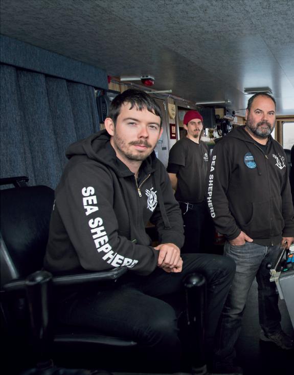 Sea Shepherd-mannskapet er frivillige og kommer fra mange ulike land. Her er kaptein Peter Hammarstedt (Sverige), kommunikasjonsoffiser Stefan Ehmann (Tyskland) og overstyrmann Adam Meyerson (USA).Foto:Simon Ager