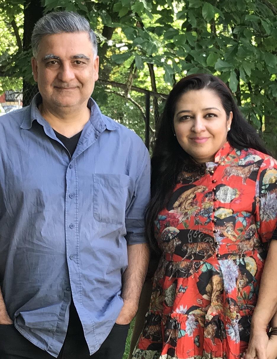 Mahmona Khan sammen med illustratøren Akin Duzakin, som har illustrert mer enn 40 barnebøker og vunnet en rekke anerkjente priser for sitt arbeid