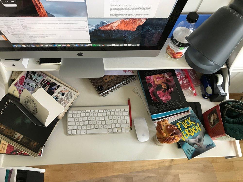 Monika Steinholm jobber 50 prosent i en bokhandel i Tromsø, og bruker resten av sin ledige tid til å skrive ungdomsbøker fra stua hjemme i Tromsø.