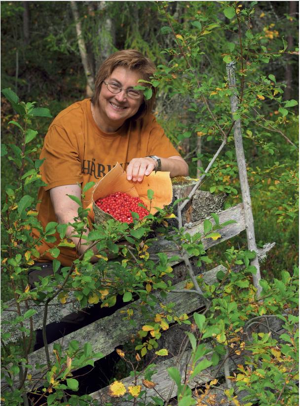 """Kirsten Winges elsker å høste fantastiske smaker fra naturens spisskammer. Nå er den prisbelønte kokebokforfatteren ute med """"Den store høsteboken"""", hvor hun øser av sin lange erfaring som sanker, jeger, biolog og villmarkskokk. Foto:Arne Nohr"""