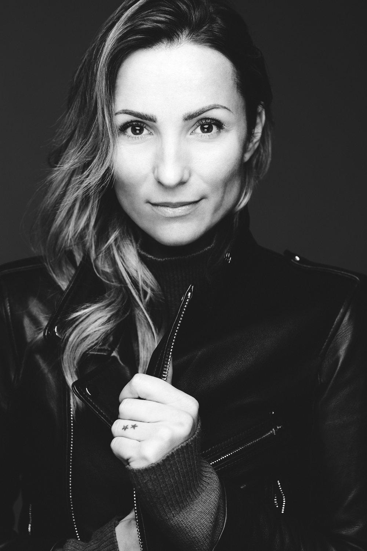 Likblomsten   er debutromanen til Anne Mette Hancock. I hjemlandet hylles hun allerede som Danmarks nye krimdronning.