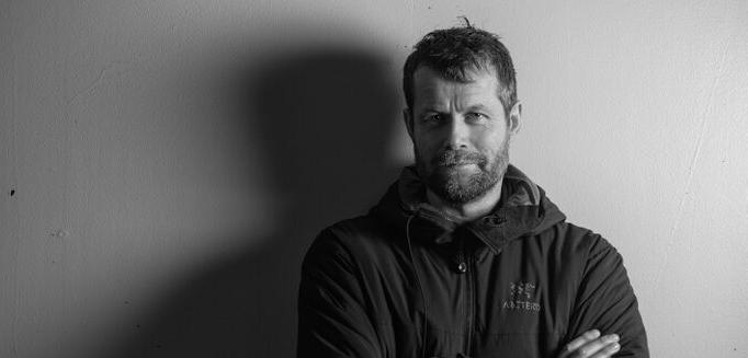 Øyvind Thomassen  er anestesilege, med over tusen helikopteroppdrag bak seg på luftambulansen ved Haukeland Universitetssykehus og Sea King redningshelikopter på Banak i Finnmark.    Livredderen og døden    er en gripende fortelling fra innsiden om hvordan det er å være menneske i dette yrket.