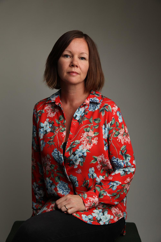 Therese Aasvik har bakgrunn som grafisk designer, tekstforfatter og billedkunstner. Hun debuterte i 2016 med suksessen  Fie faller . Foto: Eigil Korsager