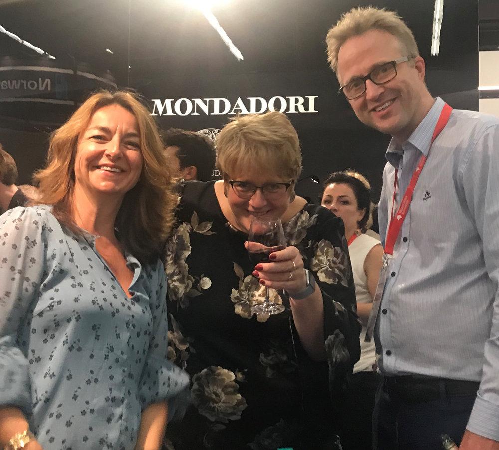 Kulturminister Trine Skei Grande sammen med forlagssjef Elizabeth Sellevold og V&B-eier Arnstein Bjørke på mottakelse på den norske fellesstanden.