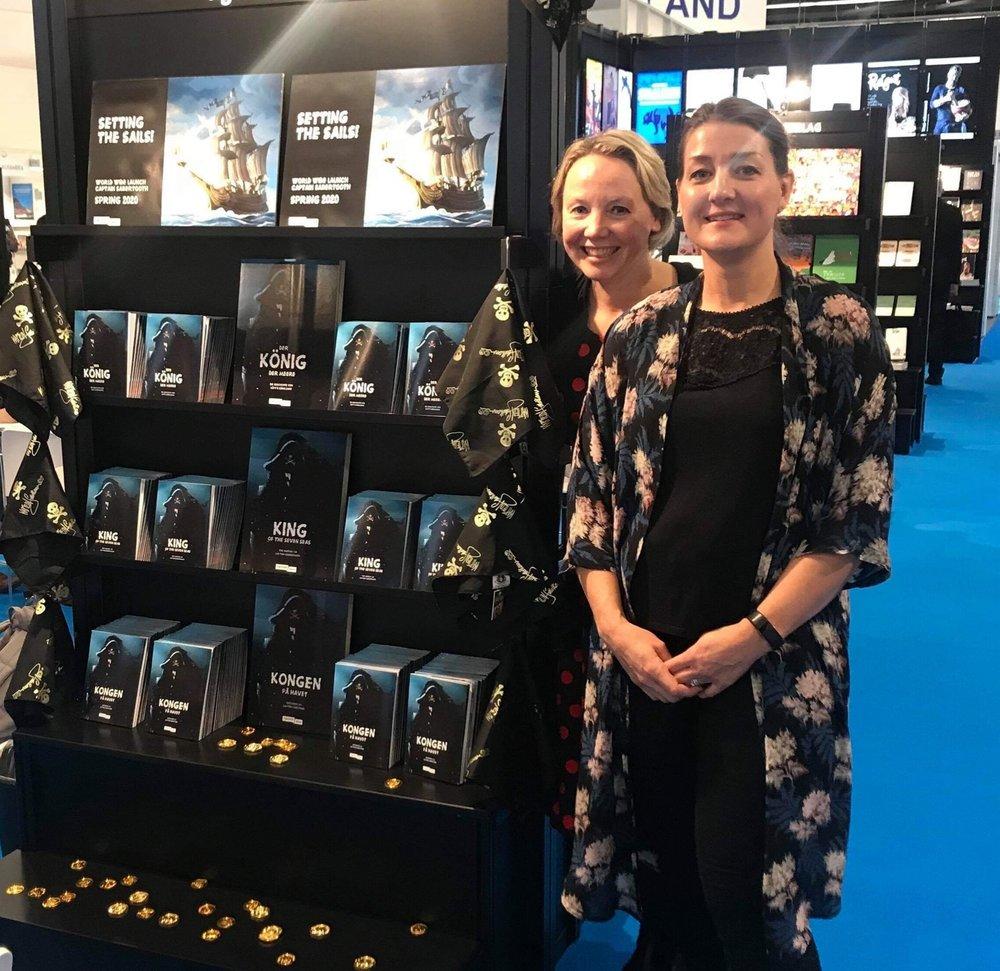 Barnebokredaktørene Kristin Jobraaten og Elisabeth Godal Sheehy vekket oppmerksomhet med selveste Kaptein Sabeltann på bokmessa.