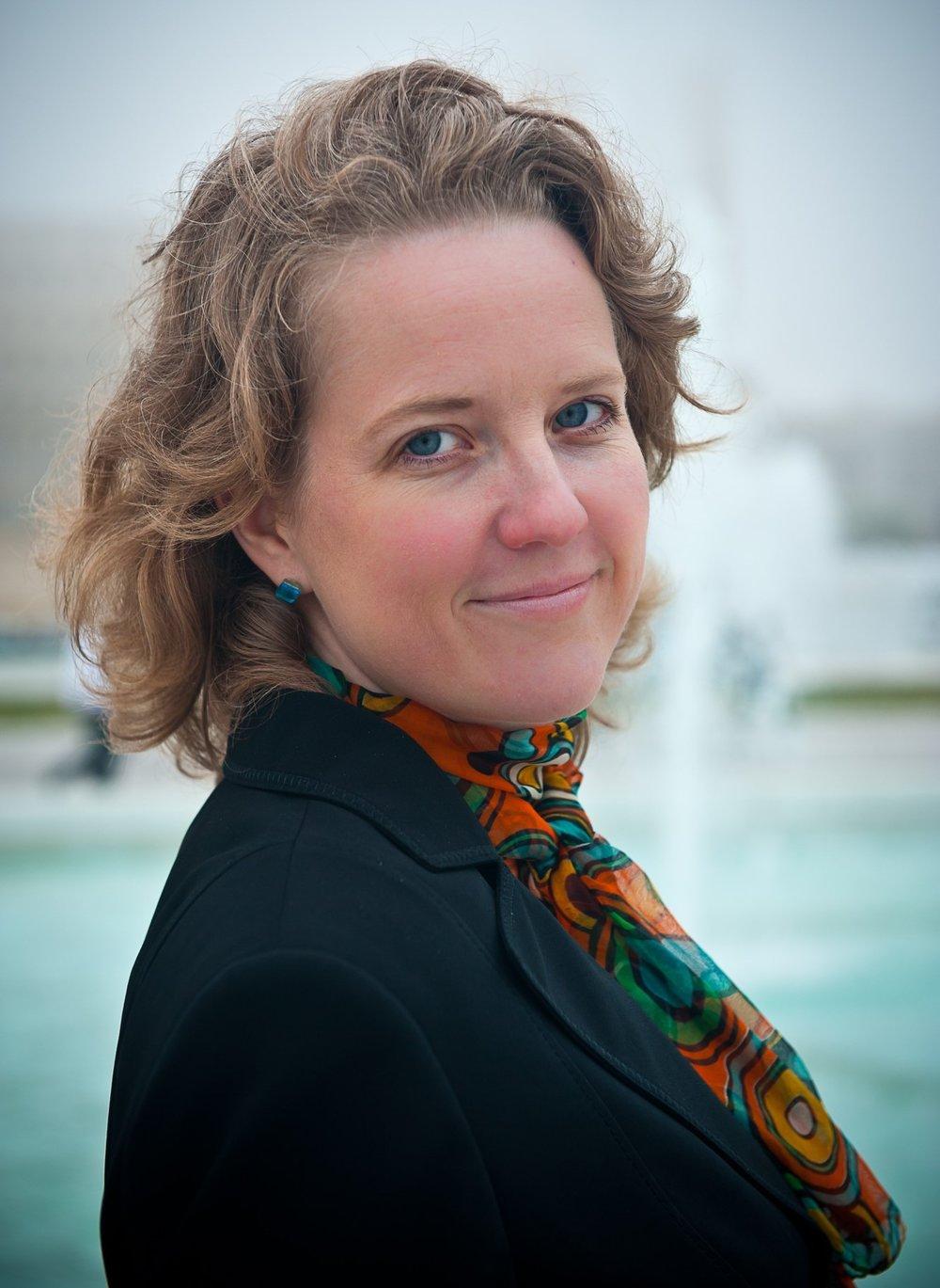 Victoria Bø (f. 1972) er født i Oslo og oppvokst i Fredrikstad. Hun har gitt ut sju bøker og er nå aktuell med den historiske romanen    Jeg vet meg et land   .