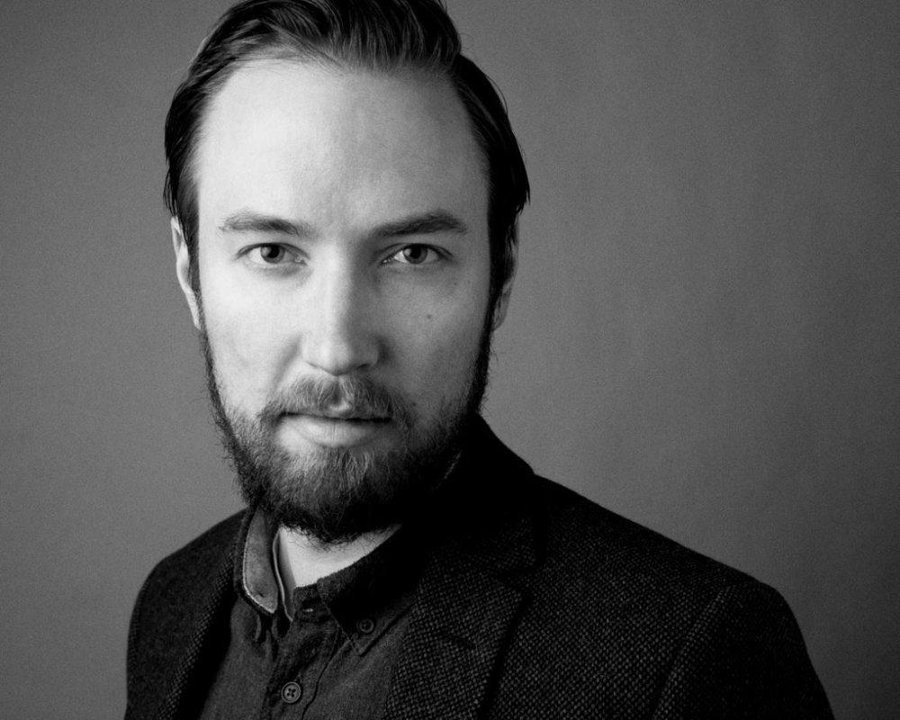 Filip Lundhaug  (f. 1985) har jobbet med psykoterapi, forskning, etterforskning og etterretning knyttet til seksualforbrytelser. Nå er han aktuell med debutromanen  Sorte hull .
