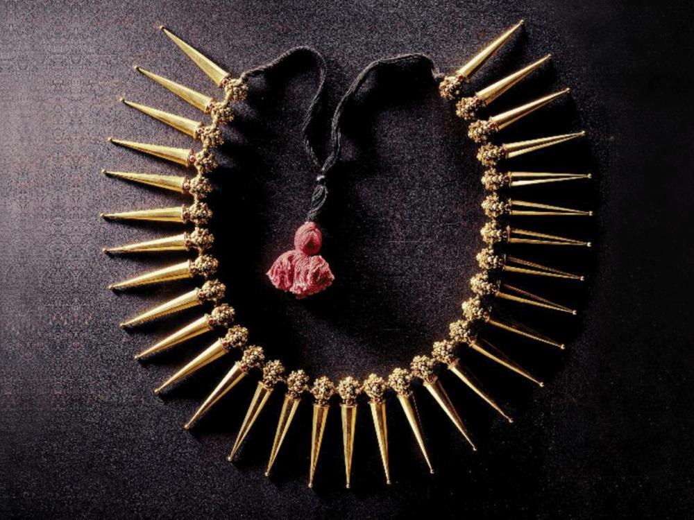 ....Azhai-mani malai or vazhai-pu mani malai necklace, South India, 20th century ..Collier azhai-mani malai ou vazhai-pu mani malai, Inde du Sud, XXe siècle ....