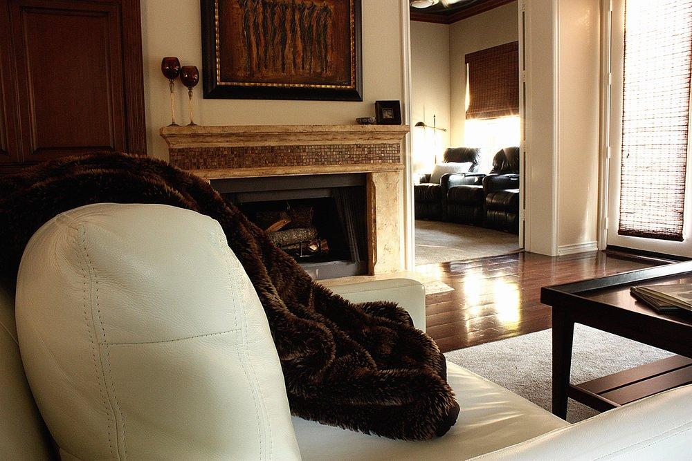 tiffany_lee_ann_design_brown_living_room_09.jpeg