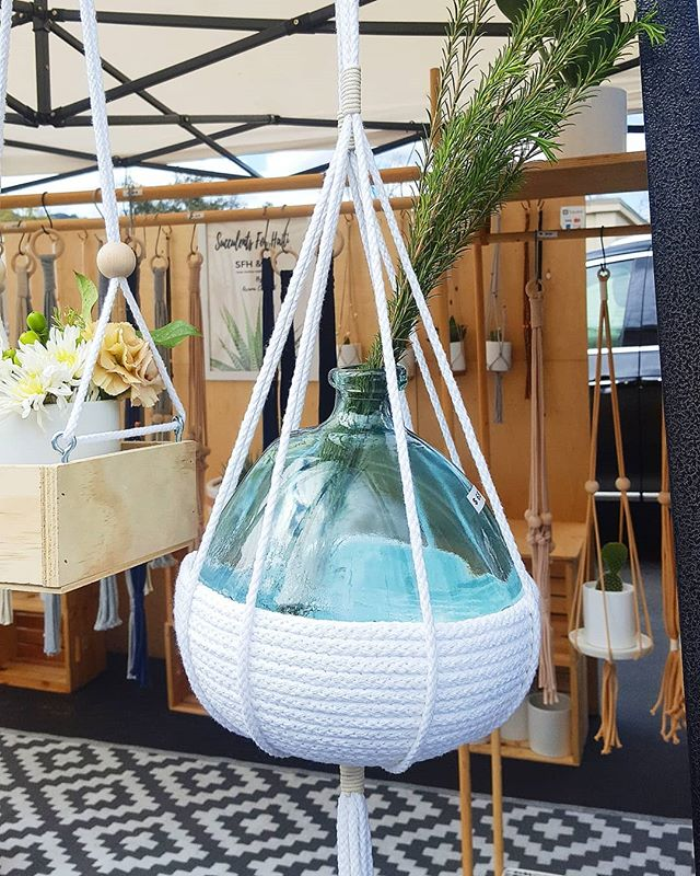 Finally, a rain-free weekend to hit the flea market. And it wasn't just the vintage records and barware that caught my eye, but great artisan booths too--love this hanging vase! 💙 #rosebowl  _ _ _ _ _ #fleamarket #rosebowlfleamarket #pasadena #shoplocal #decor #homedecor