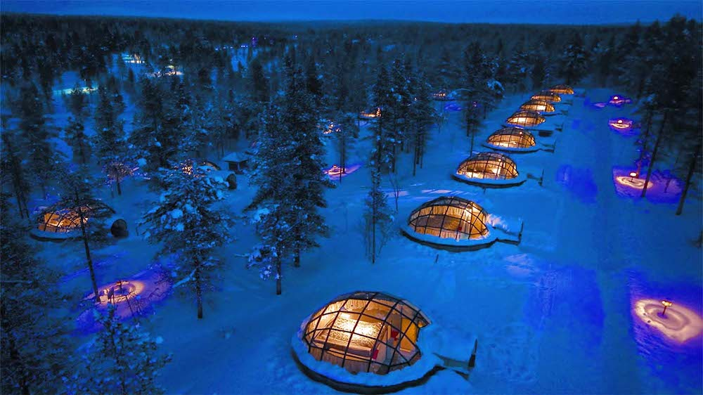 hotel-kakslauttanen-igloo-village at night