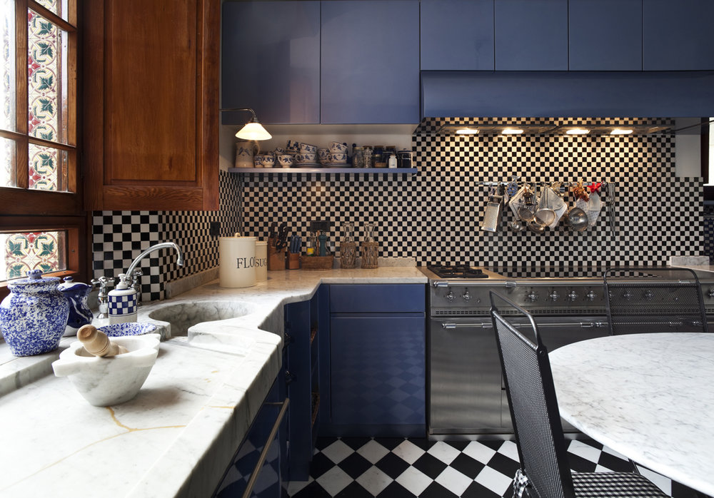Picture this beautiful kitchen with flickering lights - dizzying!