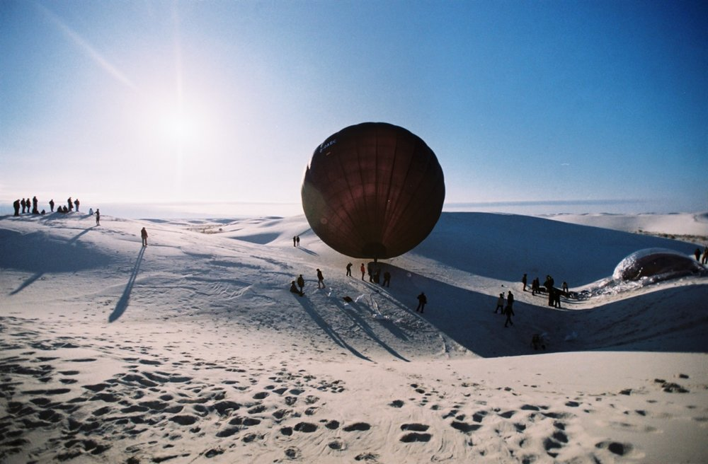 AEROCENE Aerocene is a film about Argentinian artist Tomas Saraceno and his vision to imagine a metabolic and thermodynamic transformation of human societies' relation with both the Earth and the Sun. In White Sands, New Mexico he launches a series of airborne sculptures powered by the sun including a manned flight of the DO-AEC sculpture.