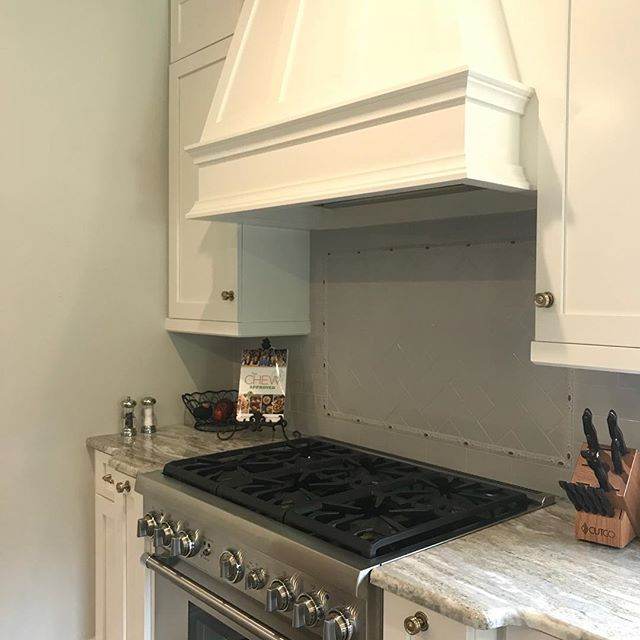 I've been waiting for this project to be finished for a while now and it did NOT disappoint. The simplicity with pretty little details makes the whole space beautifully #trendyyettimeless !  More pics coming :) #kitchen #kitchendesign #michelebroussardinteriors #kitchensofinstagram #interiordesign #interiors #home #remodel #renovation #traditionalhome #homeinspiration #pursuepretty