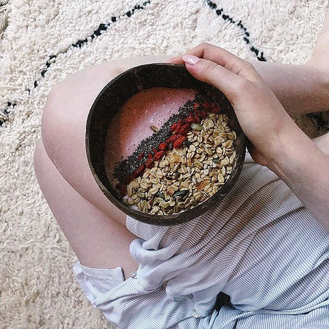 Happy Weekend 😋 Coconut bowls by @hkliving and granola by @bamboogranola ❤️ #instagood #photooftheday #foodies #foodstagram #granola #morningmotivation
