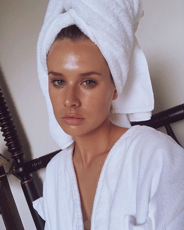 Beauty @meganemmett all glossed up in @paradox after mixing her foundation with our multipurpose beauty oil, Marrakech Liquid Gold. 🖤