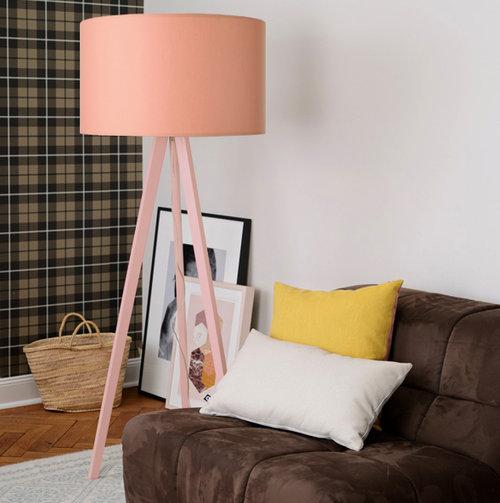 colouredby-Stehlampe-Onno-Zylinder-MillennialPink-Salmon-Lachsrosa-Altbauwohnung-Sessel.jpg