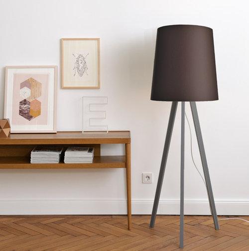 colouredby-stehlampe-onno-lampenschirm-konisch-warmgrey-cacao-dunkelgrau-dunkelbraun-Altbauwohnung-Sideboard-Midcentury.jpg