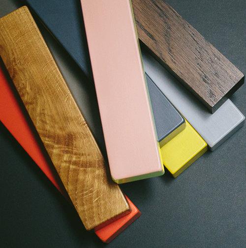 colouredby-stehlampe-onno-farbiger-stehlampenfuss-allefarben.jpg