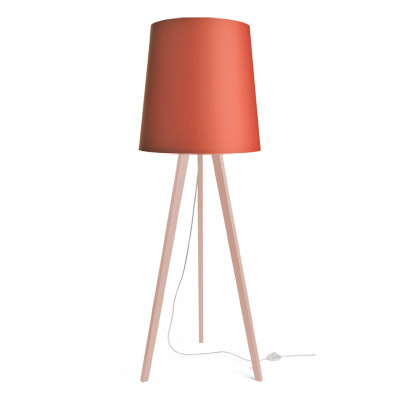colouredby-stehlampe-onno-dreibein-holz-rosa-lampenschirm-rostrot.jpg
