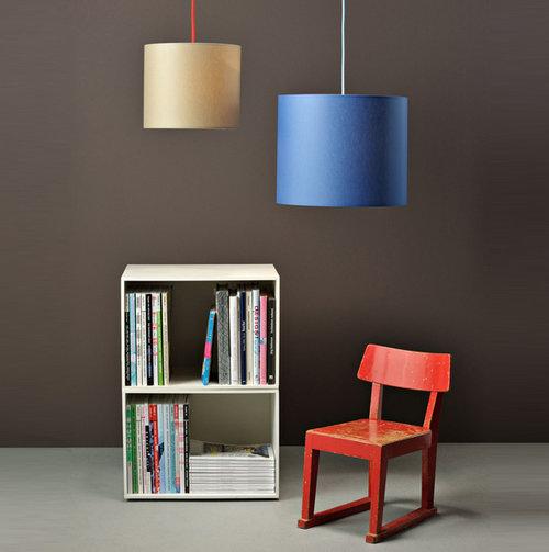 colouredby-haengelampe-zylinder-olive-cornflower-gruen-blau-buecherregal-kinderzimmer.jpg