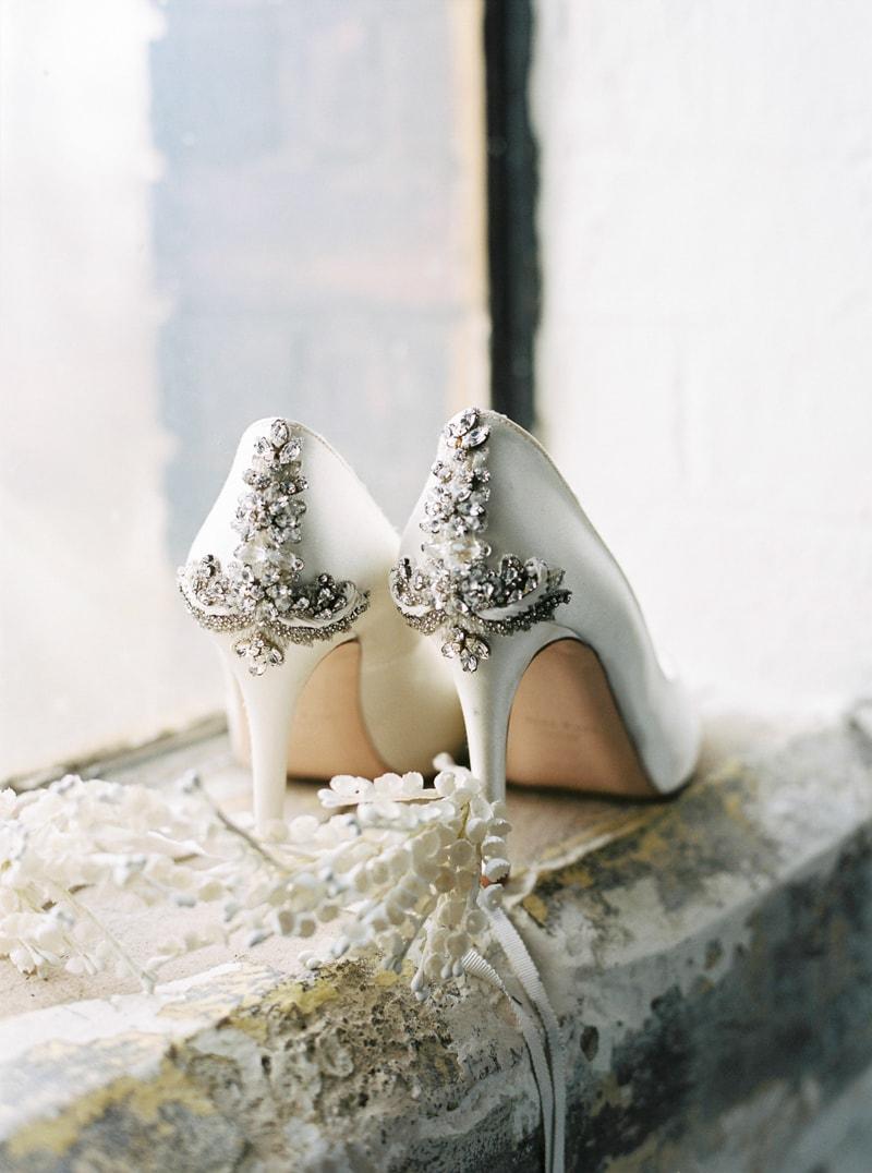 light-dark-bridal-inspiration-wedding-fashion-min.jpg