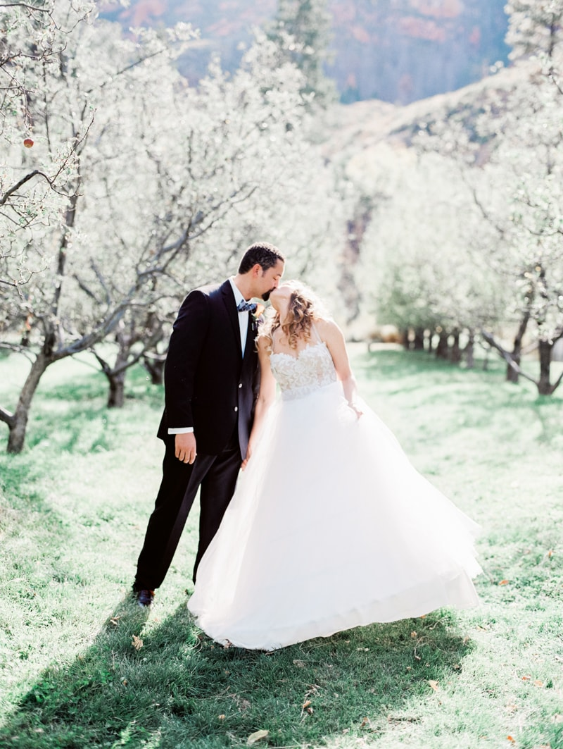 Garland Oak Creek Lodge Arizona Wedding — Trendy Bride - Fine Art ...