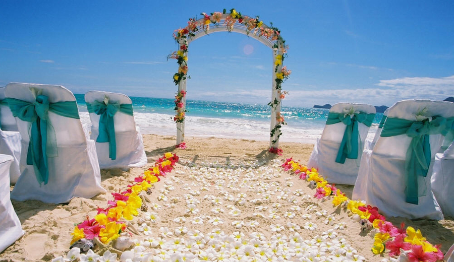 beach-decor-wedding-flowers-down-aisle.jpg
