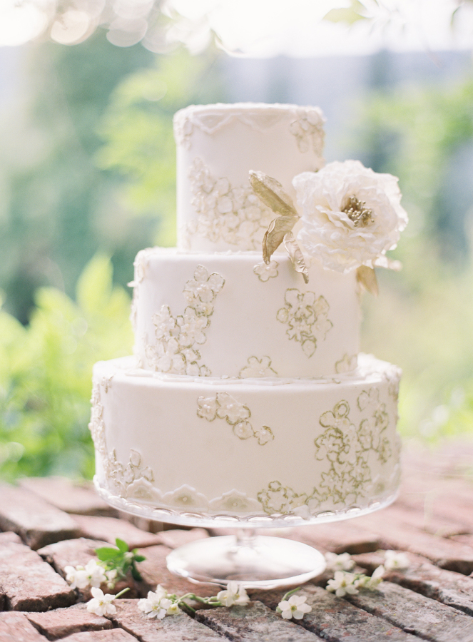 Lace-Inspired-Wedding-Cakes-2.jpg