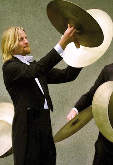 - Joakim Nordin — trommer(f. 1967) avla kandidateksamen ved Norges musikkhøgskole i 1990. Etter å ha vore frilansmusikar med oppdrag i samtlege norske symfoniorkester vart han i 1991 tilsett som soloslagverkar i Kringkastingsorkestret. Våren 1998 var han solist med orkestret. I tillegg til arbeidet som orkestermusikar har Nordin lang erfaring som trommeslagar og perkusjonist. Vinteren 1995 hadde han eit lengre studieopphald i Los Angeles. Våren 2013 var han solist og musiker under eige namn i ein kammerkonsert i NRKs regi, med m.a. Håvard Gimse og Bjørn Rabben som medmusikarar.